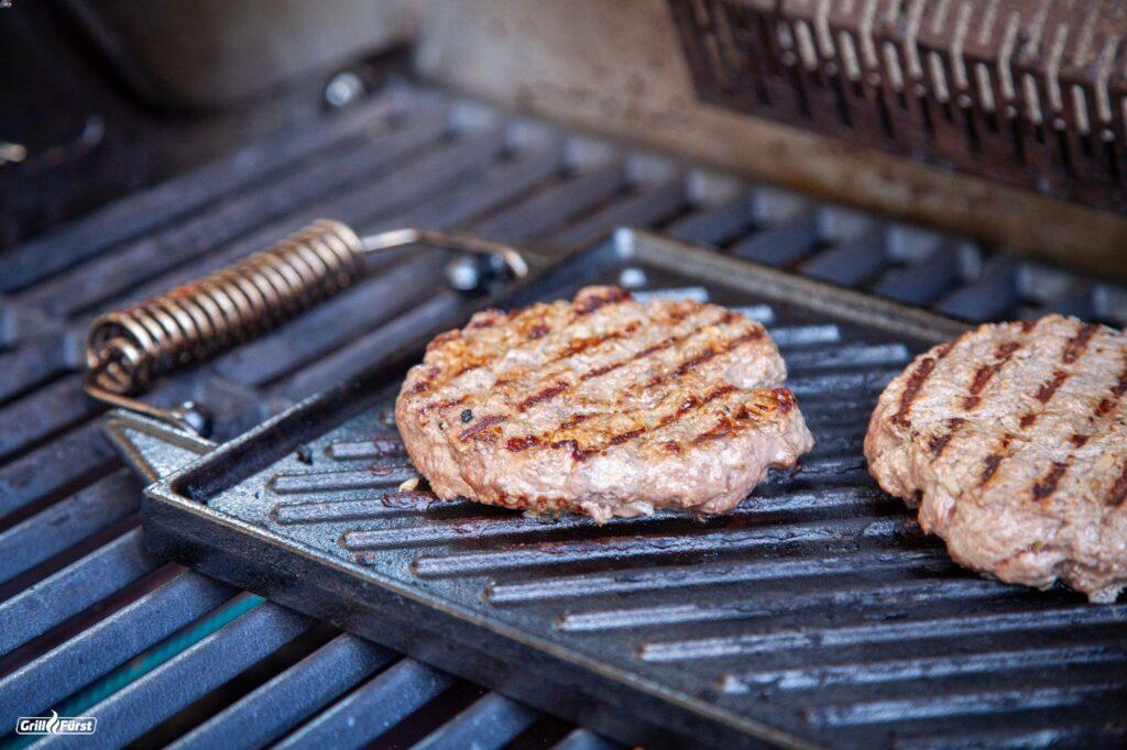Burger Patty auf Grillplatte für Herbst Burger