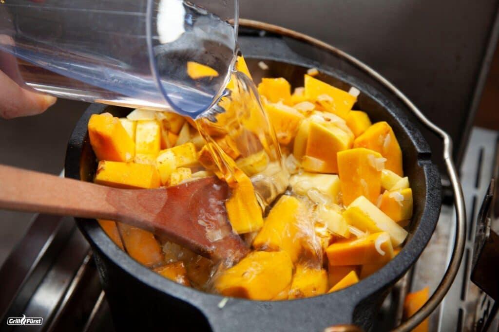 Der Topf mit den Kürbis- und Kartoffelstückchen wird mit Wasser aufgefüllt.