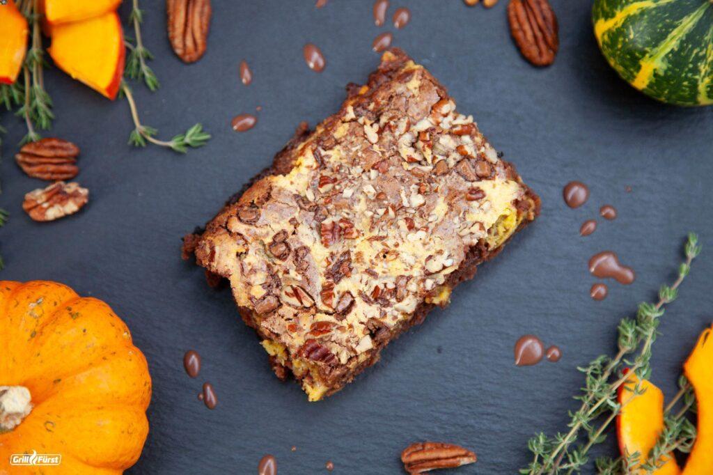 Kürbis-Brownie mit Schokostückchen und Pecannüsse ist ein leckerer Nachtisch.