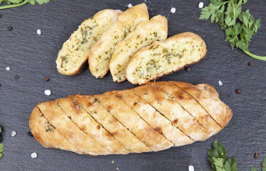 Kräuter Baguette aufgeschnitten