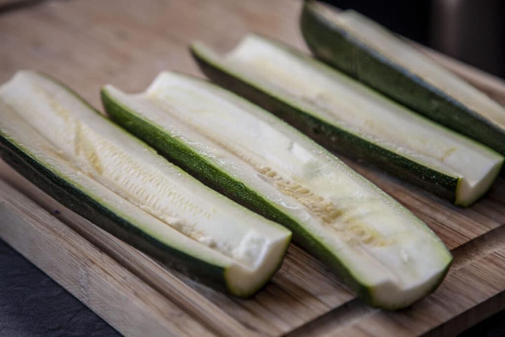 Zucchini-Schiffchen werden vorbereitet und ausgehöhlt