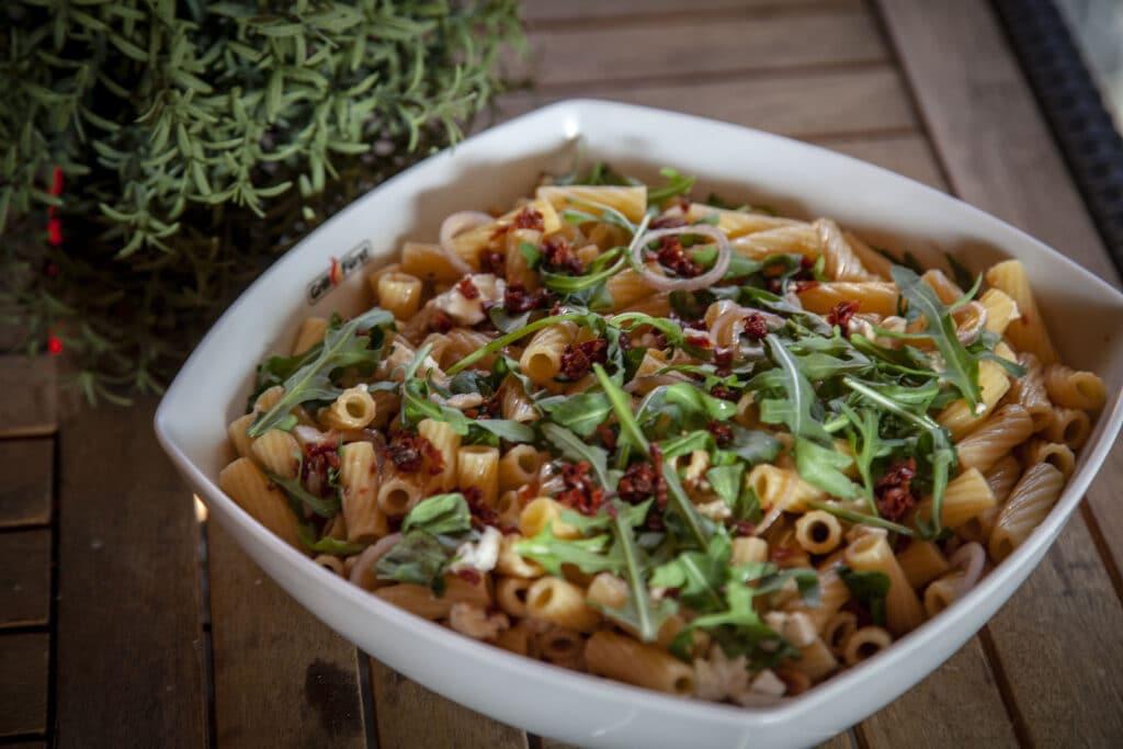 Italienischer Nudelsalat mit eingelegten Tomaten