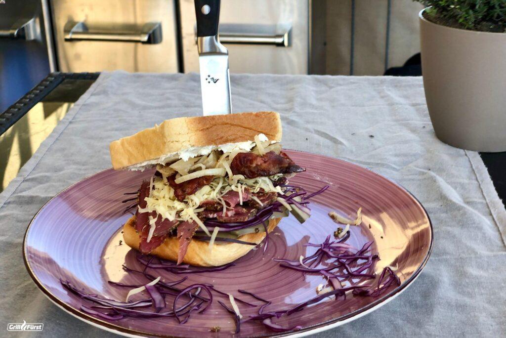 Pastrami-Sandwich mit Messer serviert