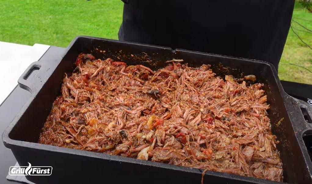 Saftiges Pulled Beef in der Kastenform aus Gusseisen