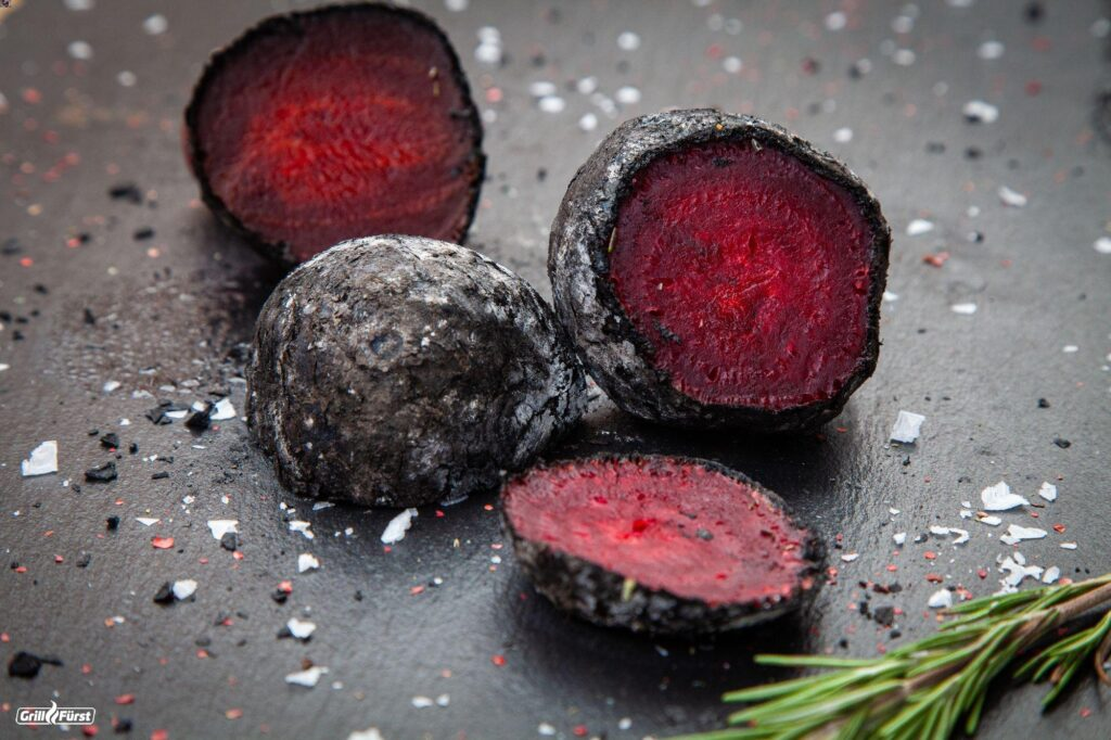 Gegrillte Rote Bete in Holzkohle