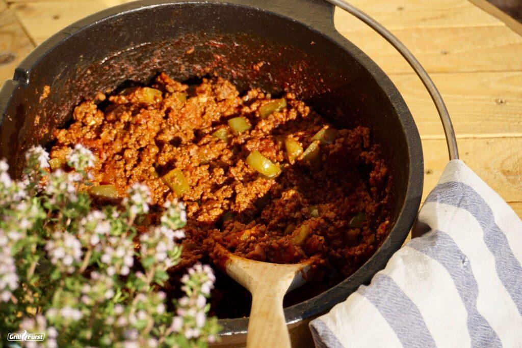 Die fertige Sloppy Joe Sauce im Dutch Oven kann serviert werden