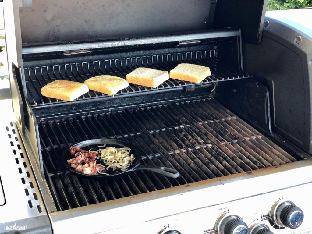 Toast, Bacon und Zwiebeln werden angegrillt