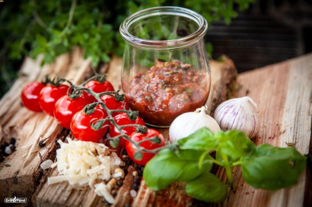 Rotes Pesto mit Tomaten, Knoblauch und Basilikum