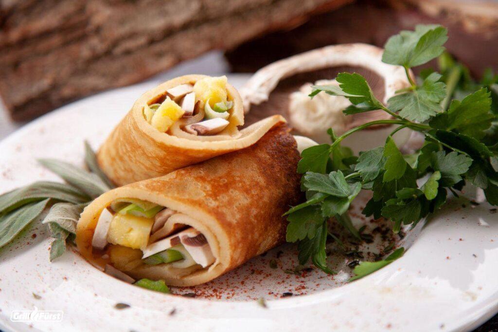 vegetarisch herzhafte Pfannkuchen gefüllt mit Champignons, Paprikastückchen und Frühlingszwiebeln.