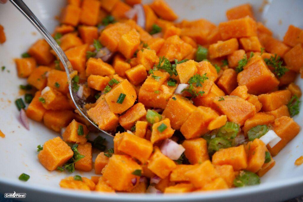 Süßkartoffelwürfel mit Sellerie, frischen Kräutern und Zwiebeln