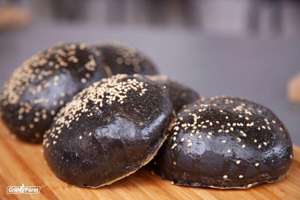 Schwarze Burgerbrötchen, Black Burger Bun auf dem grill gebacken