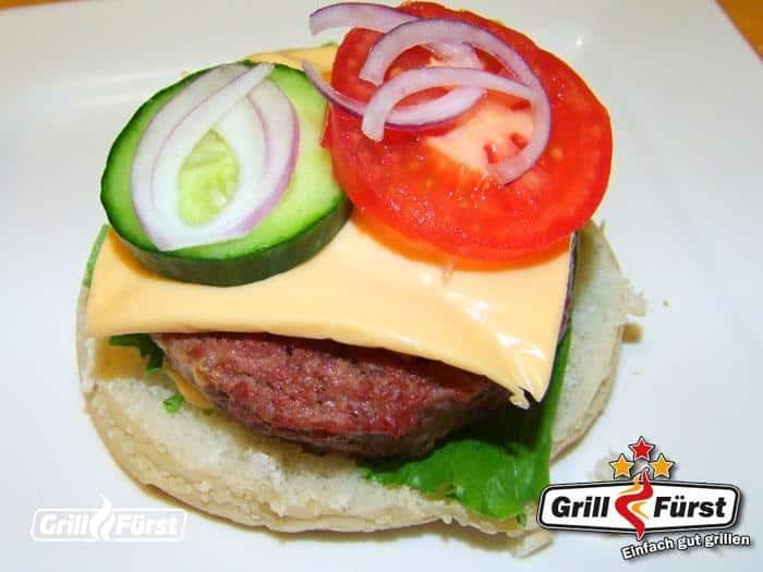 Burger belegen mit Tomate, Gurke