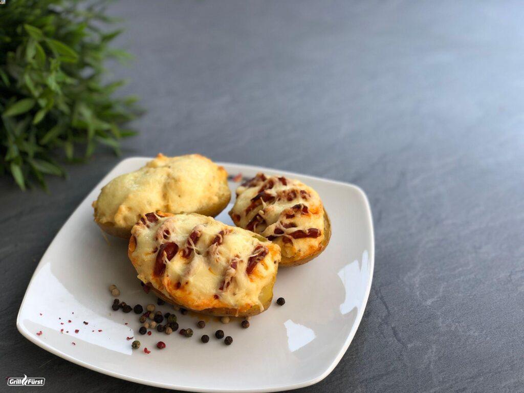 gefüllte Kartoffeln mit Wurst und Käse überbacken