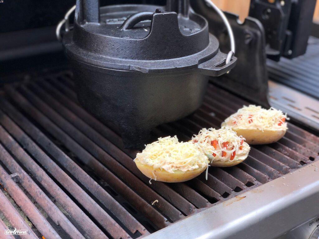gefüllte Kartoffeln mit Käse auf dem Grill