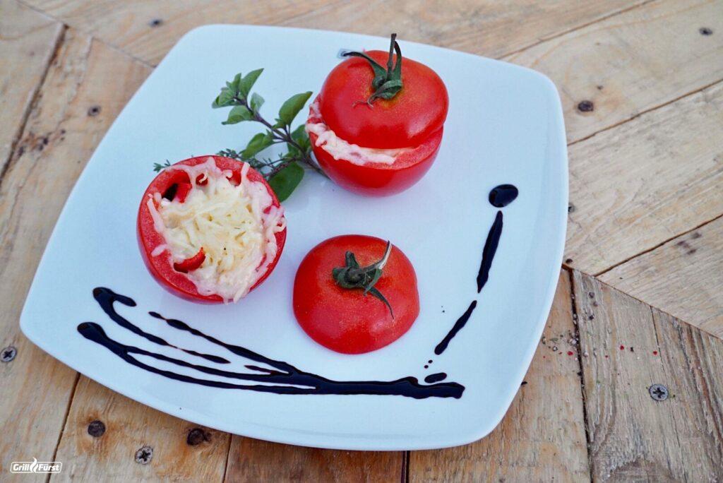 Gefüllte Tomaten mit Salsa und Käse auf dem Grill