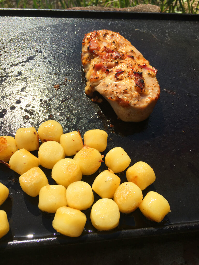 gefülltes Hacksteak mit Käse und Speck mit Grillkartoffeln