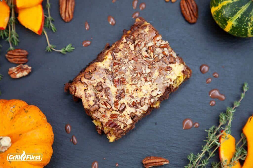 Kürbis-Brownies mit Schokostückchen und Pecannüsse zubereitet auf den Grill