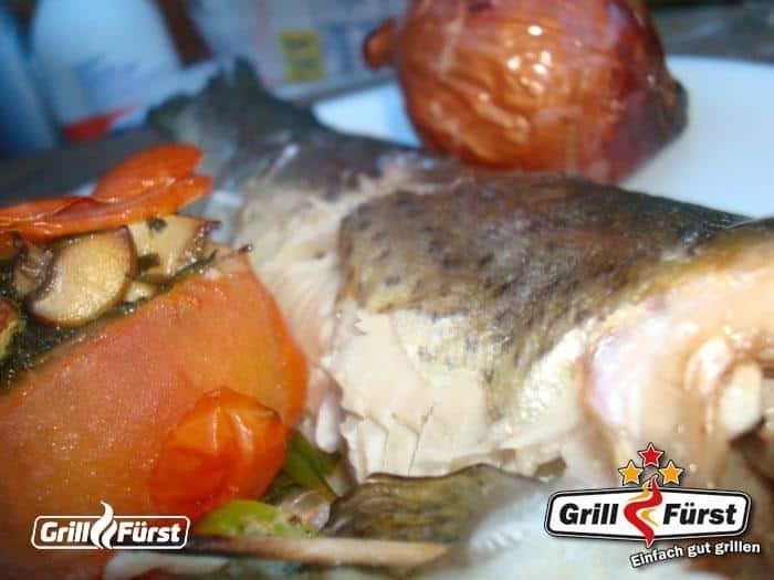 fertige Forelle mit Grilltomaten auf Teller