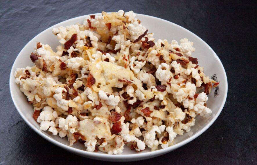 Bacon Käse Popcorn in Schüssel