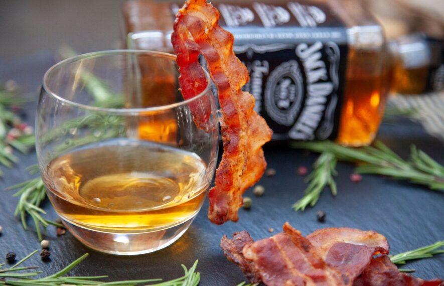 Bacon Whiskey im Glas