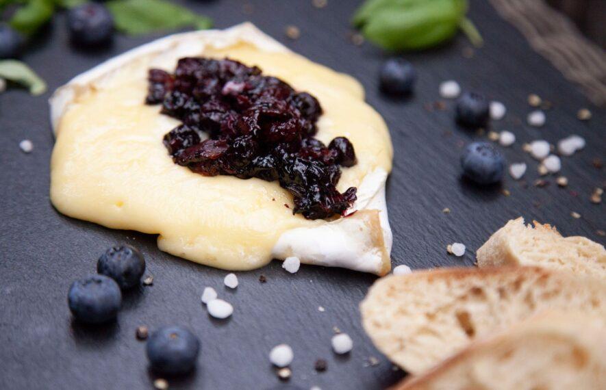 Brie Bacon und Blaubeeren mit Baguette