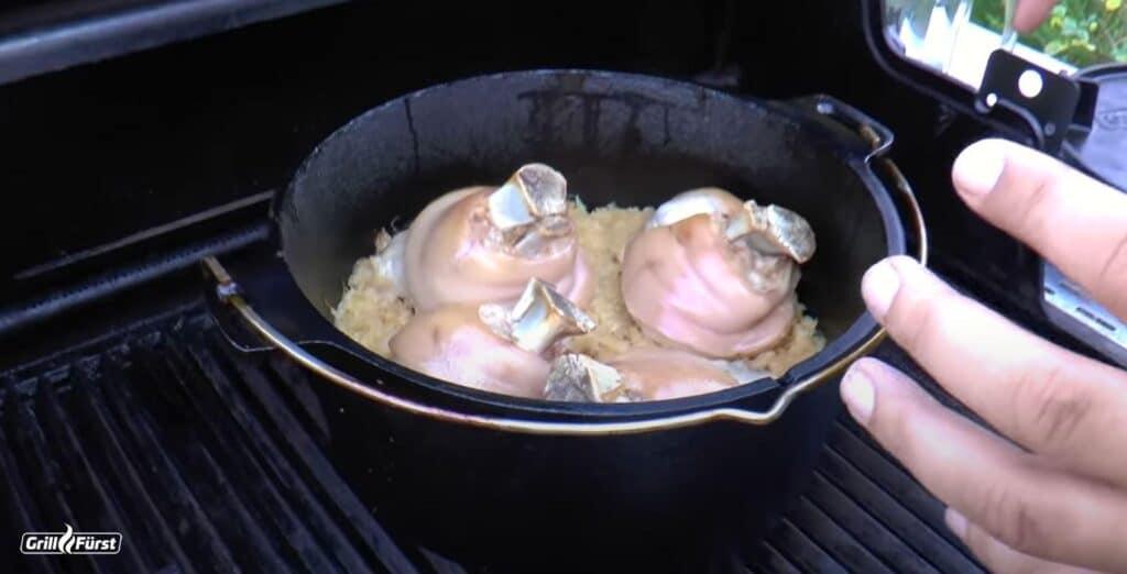 Eisbein mit Sauerkraut im Dutch Oven
