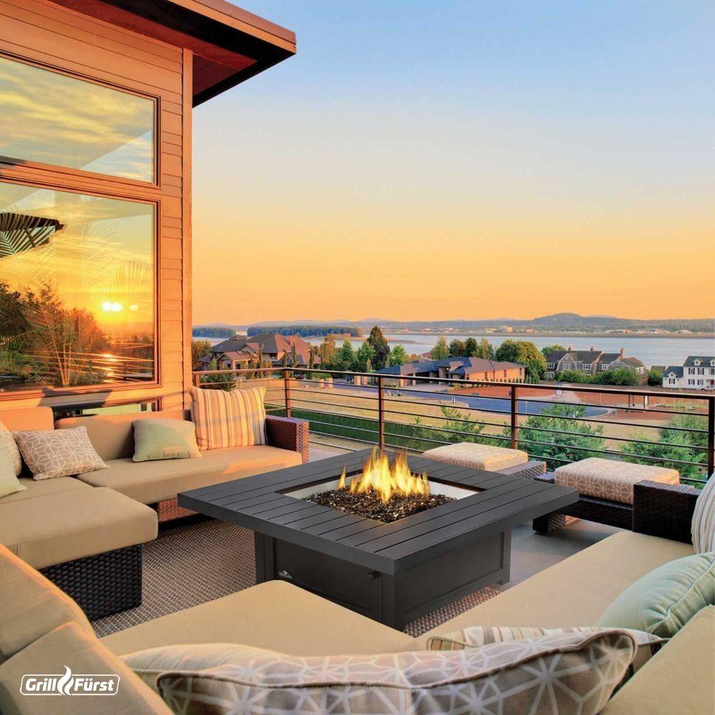 Feuertisch mit Gartenmöbeln
