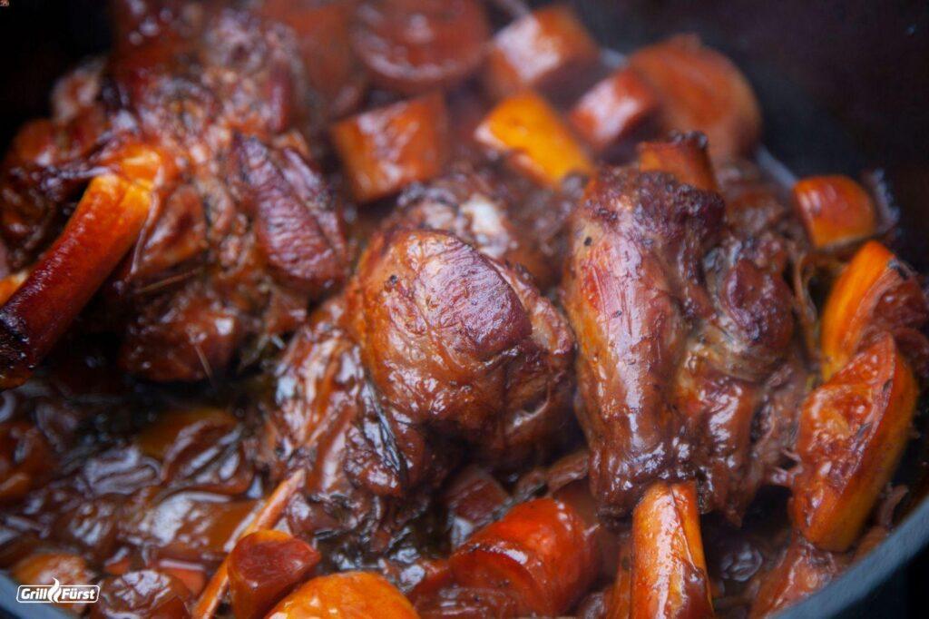 Wildschweinhaxe im Dutch Oven