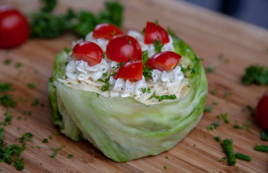 Salattorte mit Eisbergsalat und Tomaten