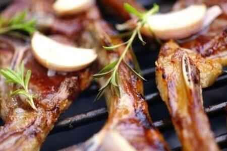 Ein leckeres Lammkotelett gelingt dir kinderleicht, wenn du darauf achtest es bei der richtigen Kerntemperatur vom Grill zu nehmen.