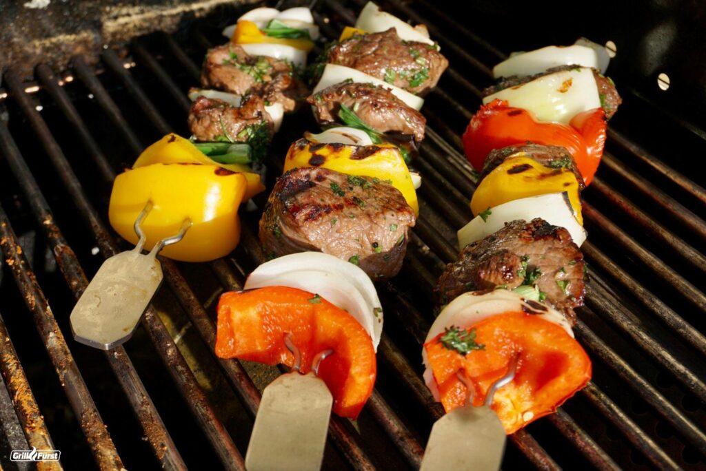 Rindfleischspieße mariniert auf dem Grill