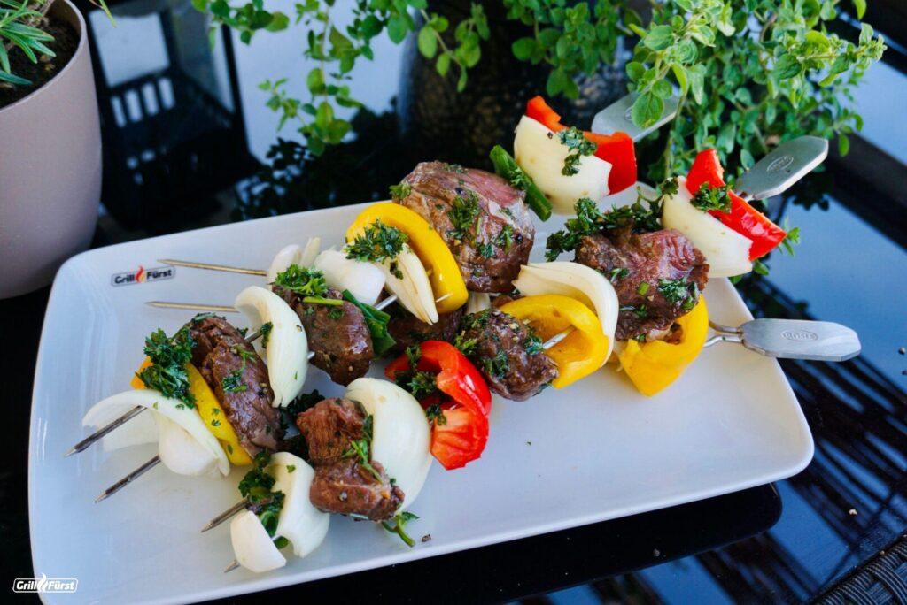 Fertig marinierte Rindfleischspieße mit Gemüse