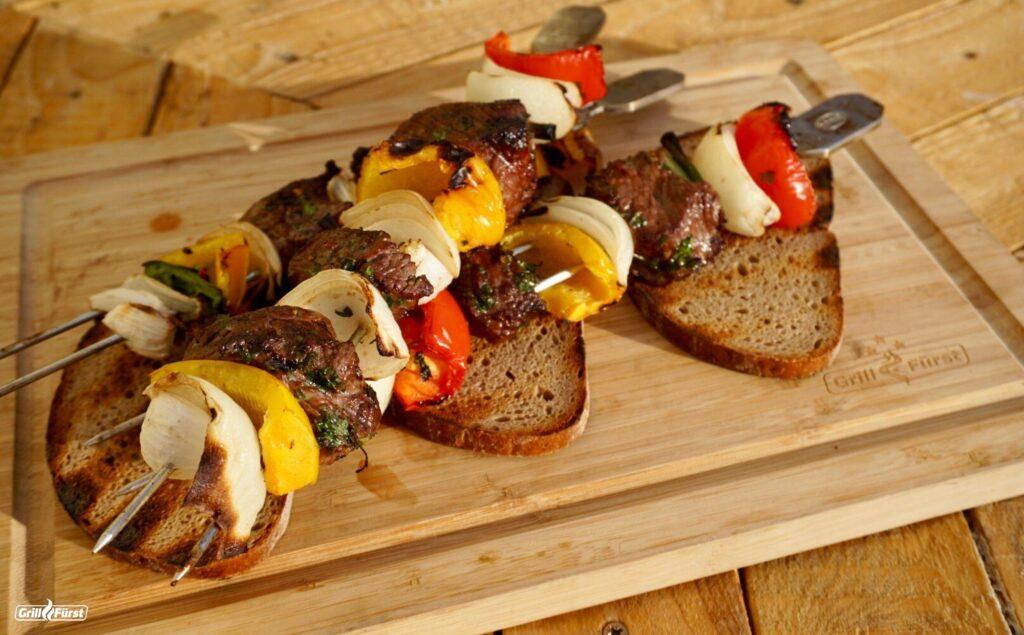 Rindfleischspieße vom argentinischen falschen Filet mit Graubrot