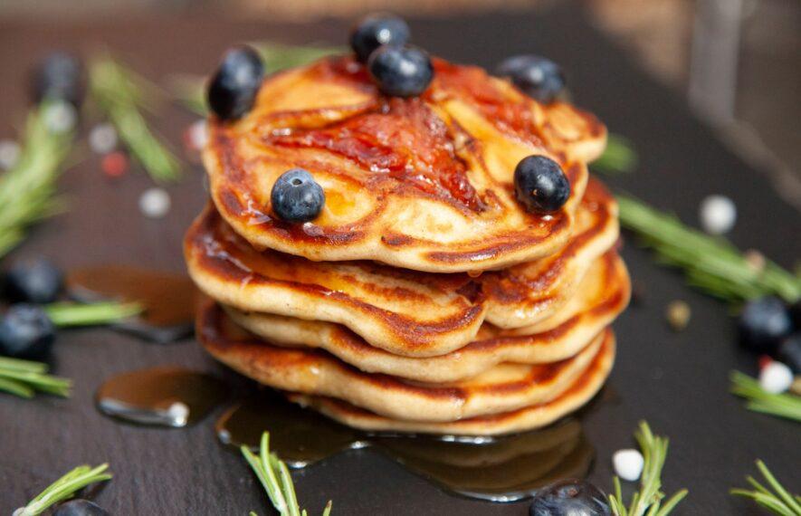 Roggen Pancakes mit Bacon und Blaubeeren