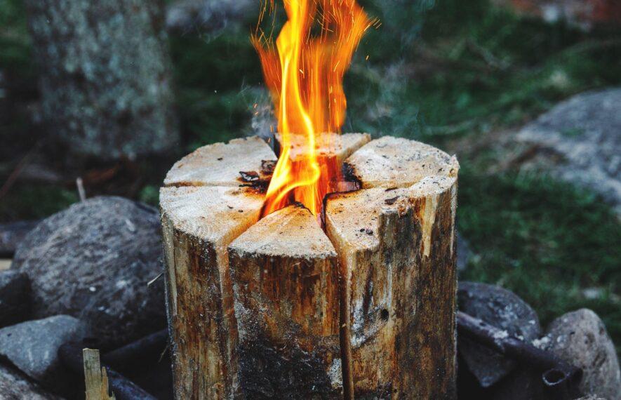 Schwedenfeuer Holzstamm in Flammen