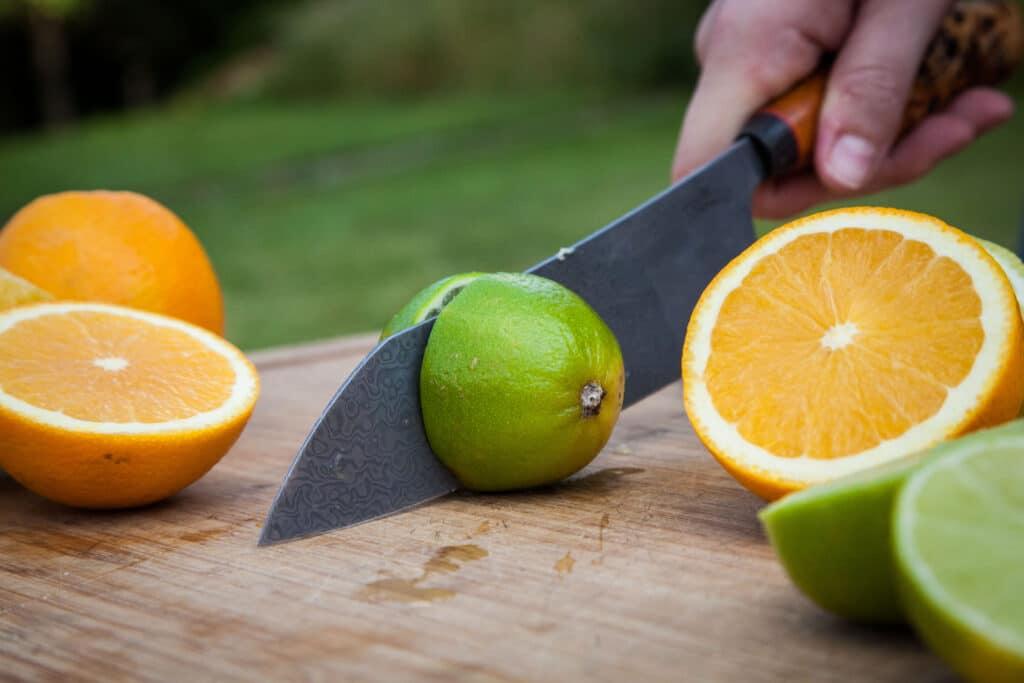 Zitronen und Orangen für Sangria schneiden