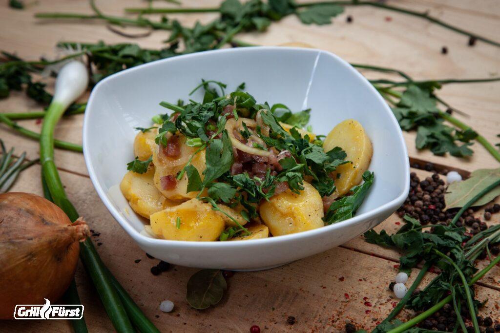 Kartoffelsalat mit Bacon, Zwiebeln und Kräutern
