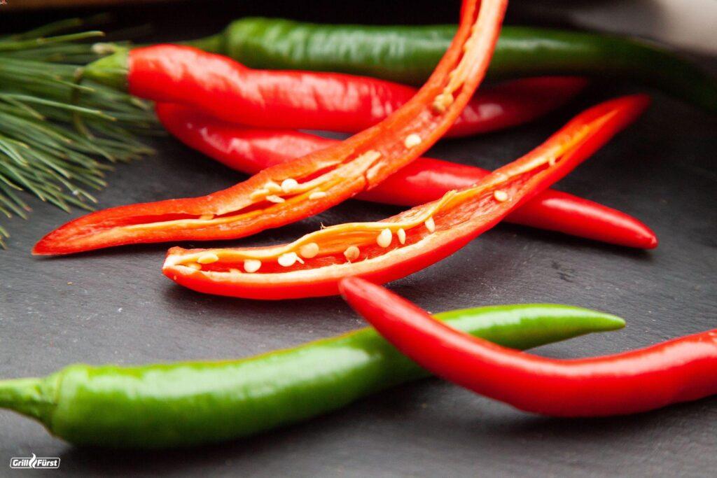 Chilis aufgeschnitten mit Kernen
