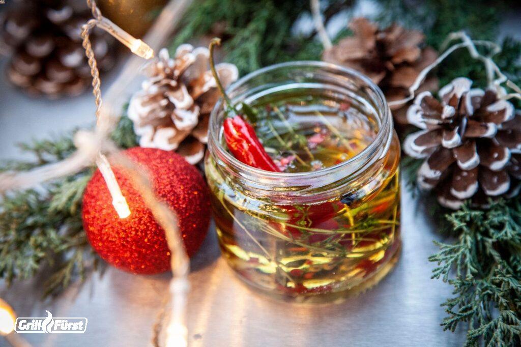 Chilikräuteröl in Schraubglas und Weihnachtsdeko