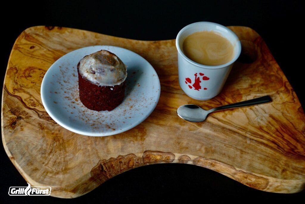 Gewürzkuchen Muffins und Kaffee auf Holzbrett