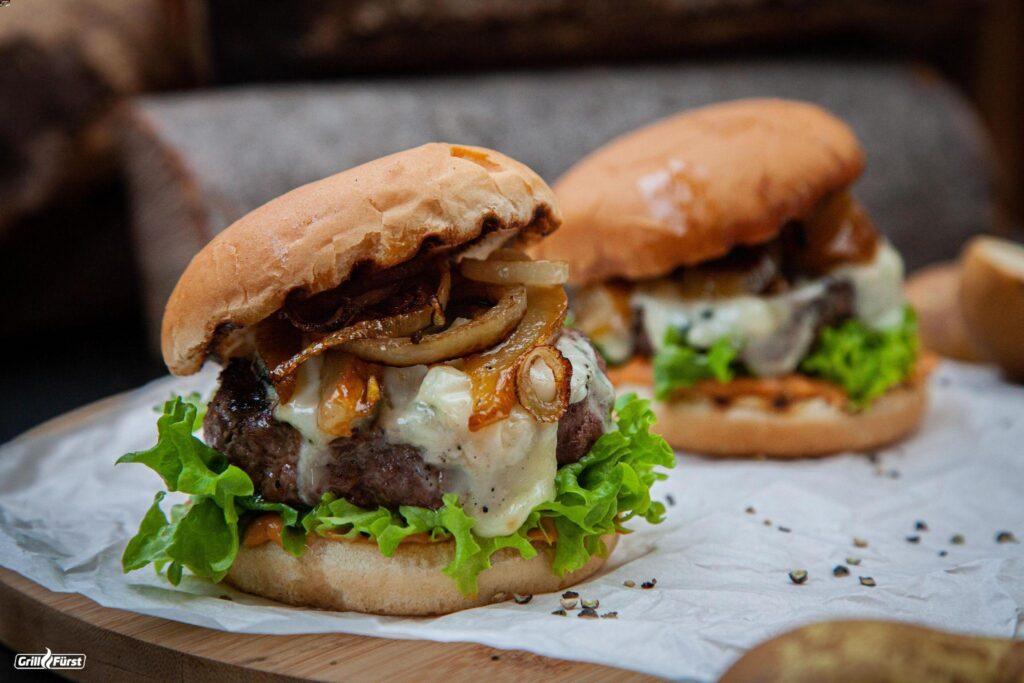 Burger mit Patty, Gorgonzola und Zwiebe