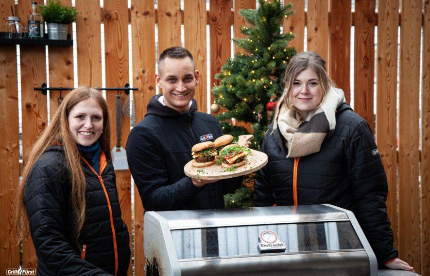 Grillfürst Mitarbeiter mit Burgern am Eintracht Grill