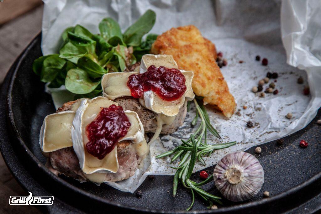 Schweinemedaillons mit Camembert und Preiselbeeren überbacken, Feldsalat und Rösti