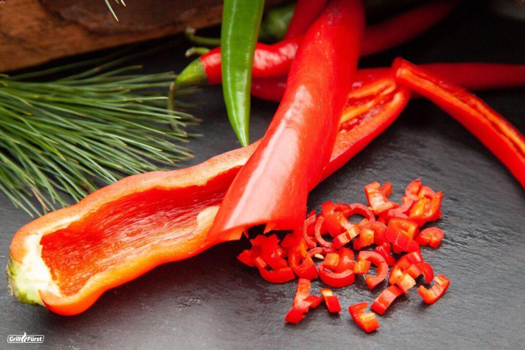 Aufgeschnittene Spitzpaprika und Peperoni