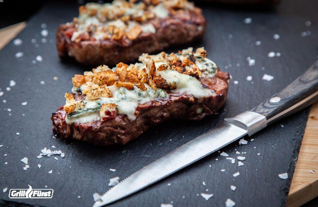 Steak mit Käsehaube und geröstetem Brot