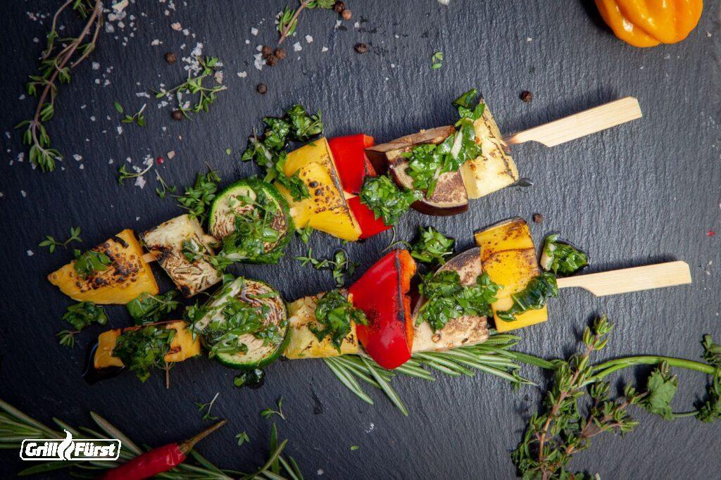 Gemüsespieße mit Früchten