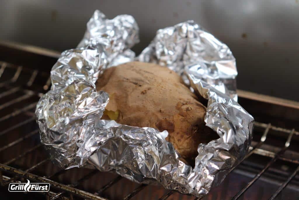 Kartoffel in Alufolie auf dem Grill
