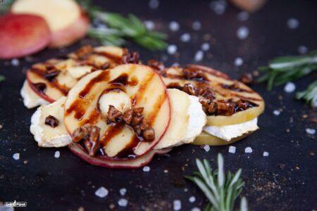 Gegrillte Apfelscheiben mit Camembert