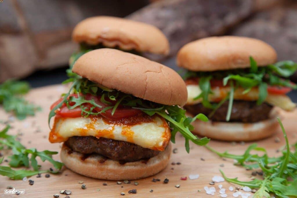 Burger mit Käse, Rucola und Tomaten