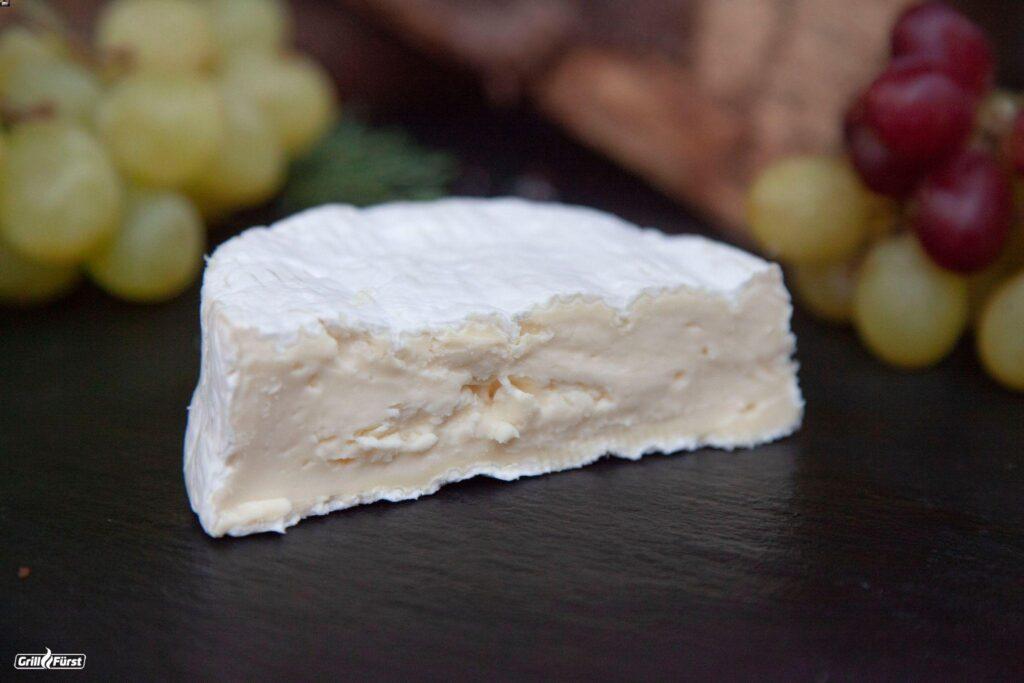 Camembert aufgeschnitten